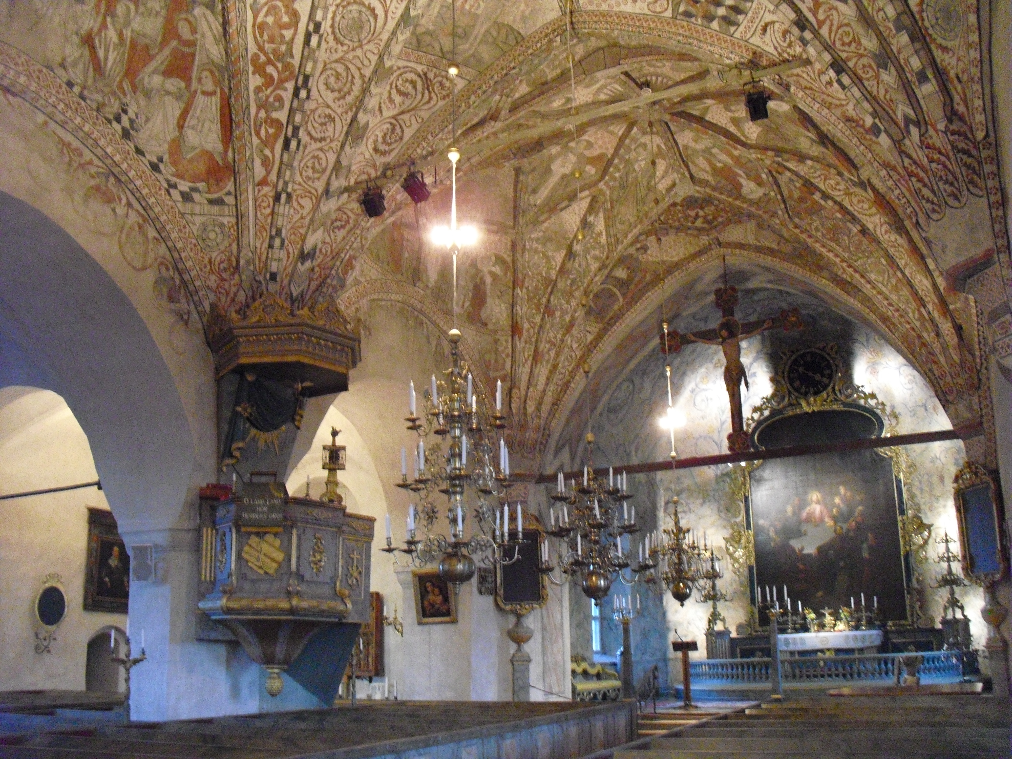 Den mellersta ljuskronan skänkt av Jöns Olofsson och Anna Bergia 1700.