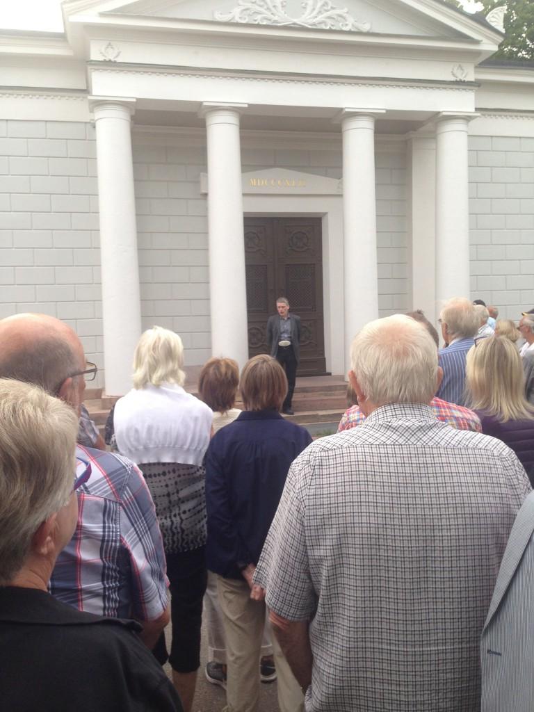 Svante Janson berättar framför Elfbrinkska gravkoret