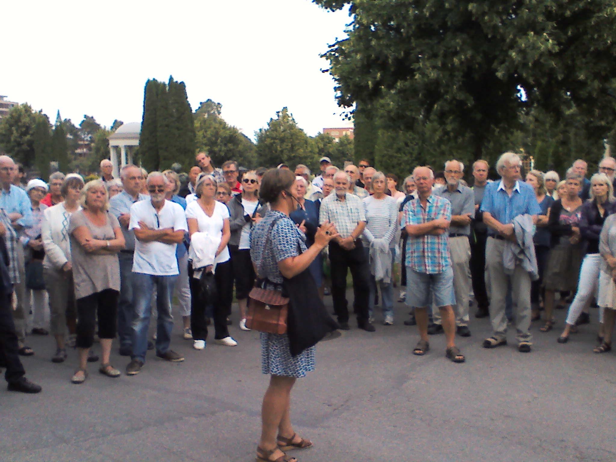 Ulrika Olsson berättar framför Elfbrinkska gravkoret